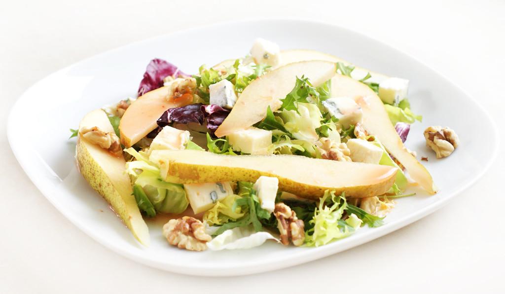 Sałatka z gruszką i niebieskim serem