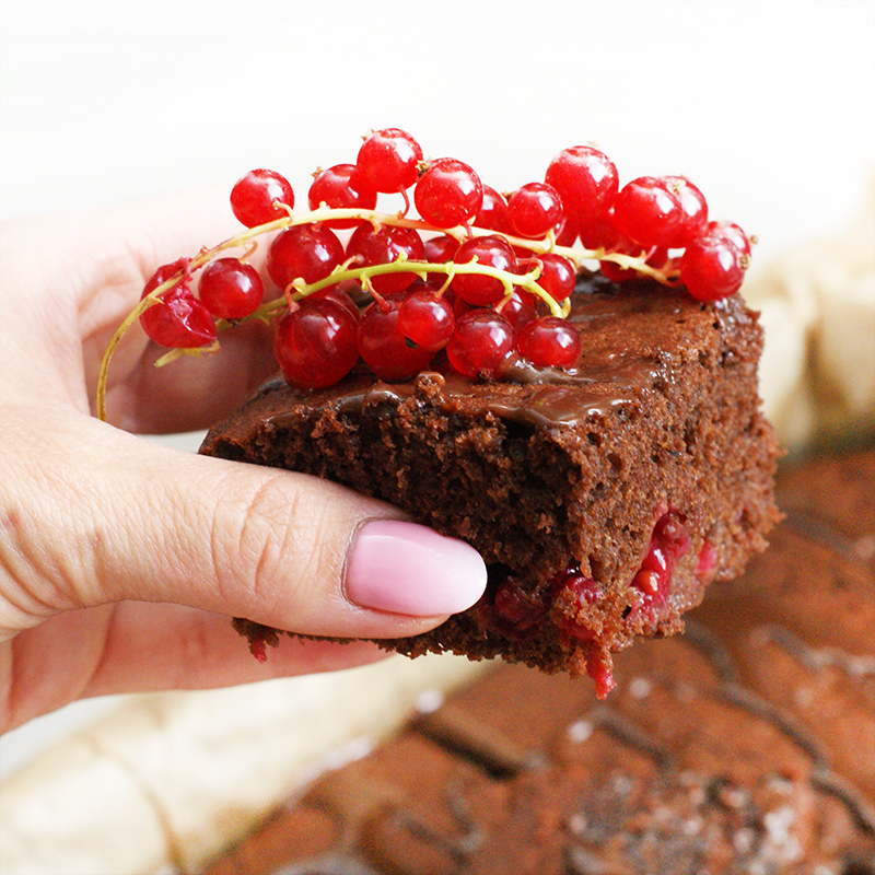 Ciasto czekoladowe z czerwoną porzeczką
