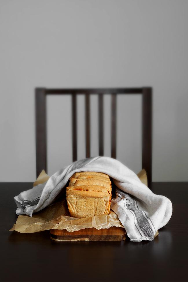 Orkiszowy chlebek odrywany z pesto z suszonych pomidorów.