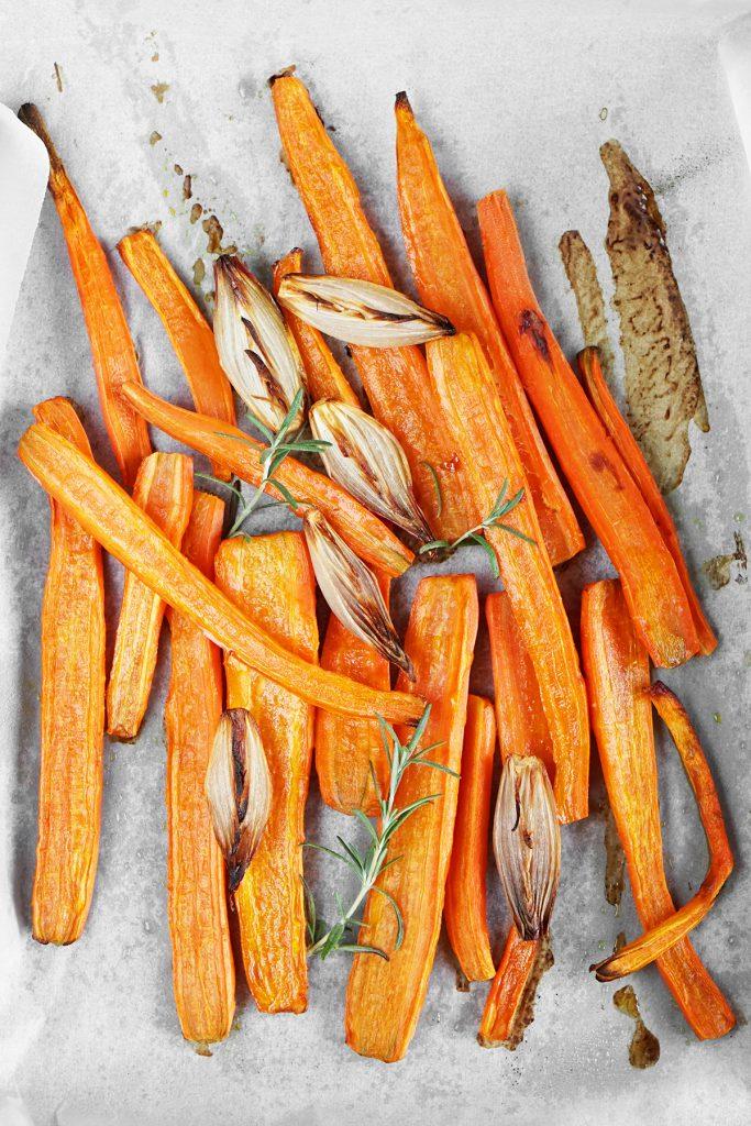 Pieczone marchewki i szalotki