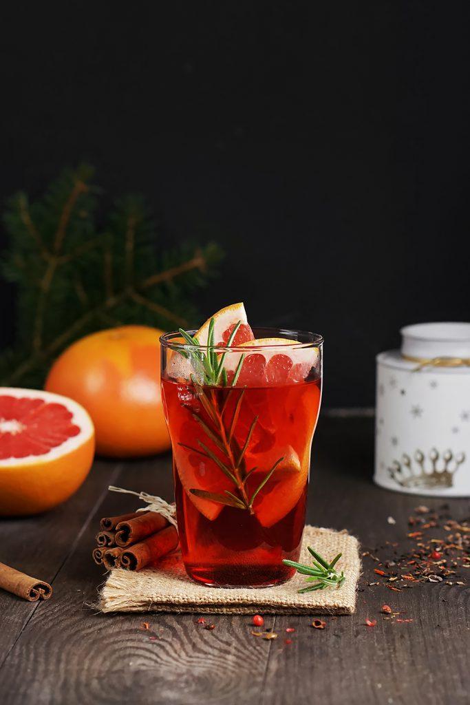 Rozgrzewająca herbata z syropem malinowym, grejpfrutem i świeżym rozmarynem