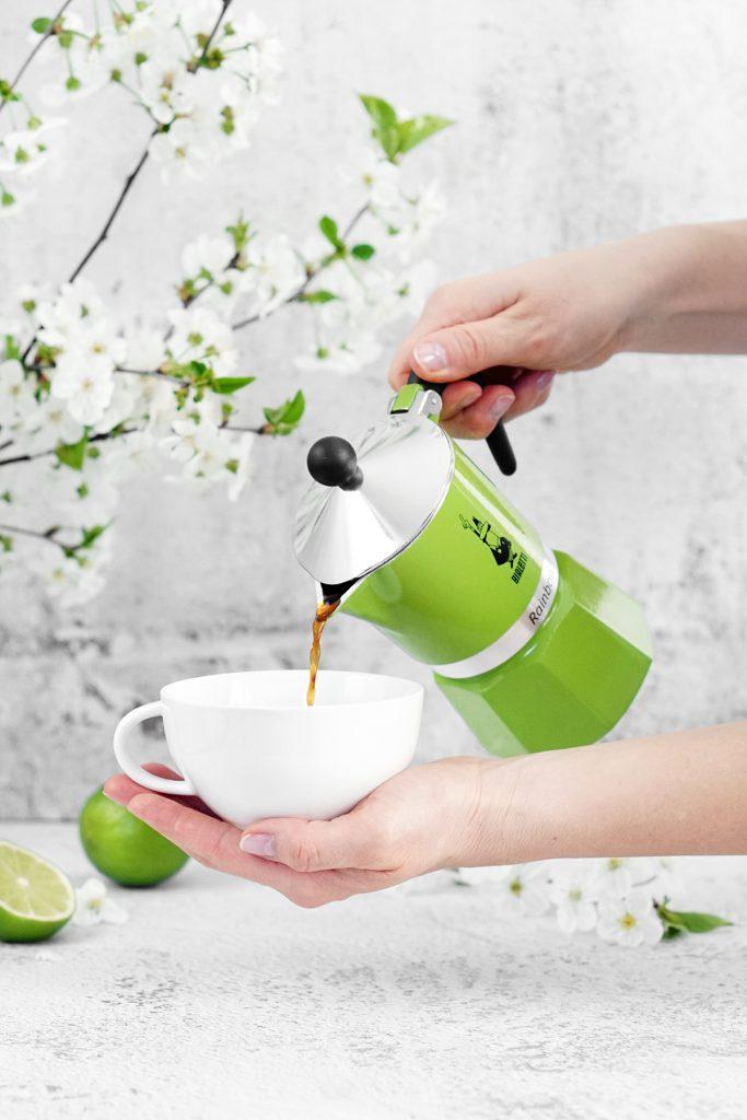 Nalewanie kawy z kawiarki